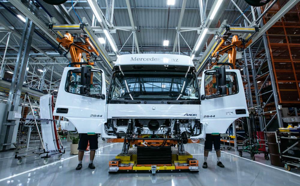 """b63bf0941 Divulgação. A Mercedes-Benz está disposta a liderar a evolução da indústria  brasileira de caminhões no rumo da Indústria 4.0. Os pilares da chamada  """"quarta ..."""